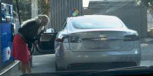 Nikad nam neće dosaditi ova plavuša koja pokušava uliti gorivo u Teslu