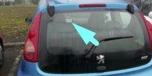 'Pali svitla glupačo' - zaboravljiva vozačica nosi ovu čarobnu poruku u plavom Peugeotu