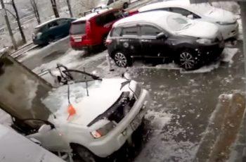 VIDEO Jeza nas prošla: Čovjek se jedva izmaknuo padajućem betonskom bloku, auto mu je uništen