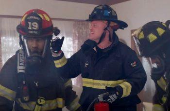 Pravi vatrogasac se namontirao u TV seriju kako bi ismijao nesposobne likove