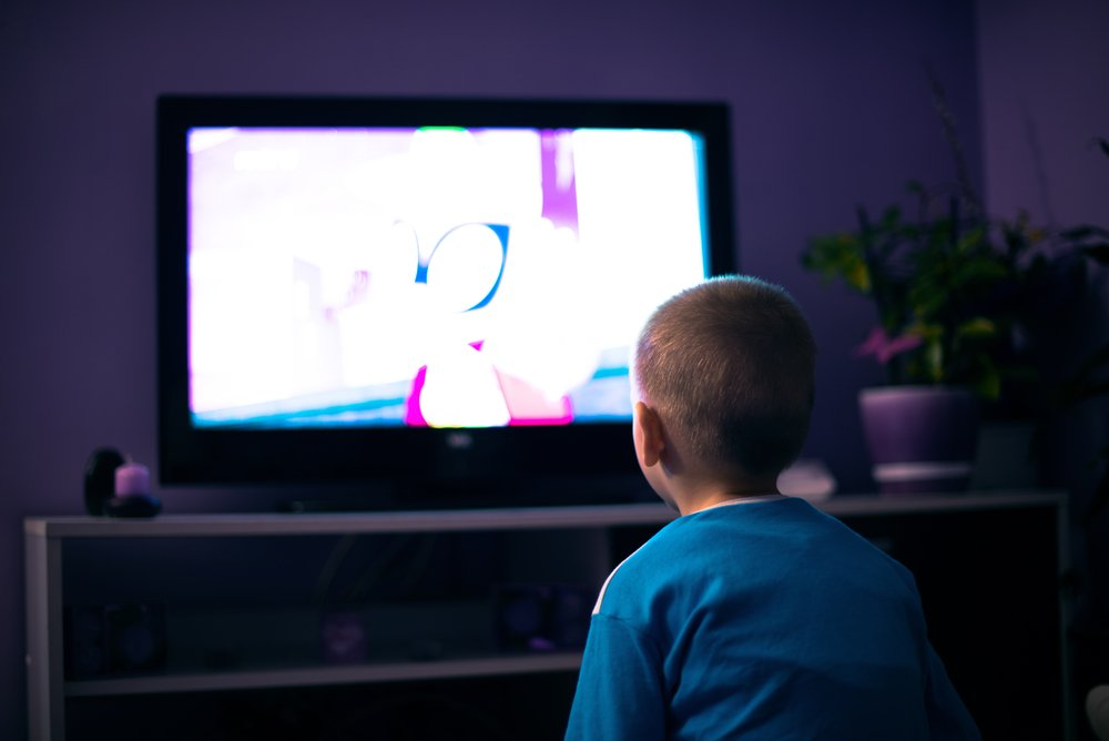 Dječak gleda televiziju
