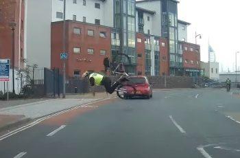 Policajac lovio kriminalca - na biciklu, nije ga uhvatio jer je spektakularno pao, kamera sve snimila