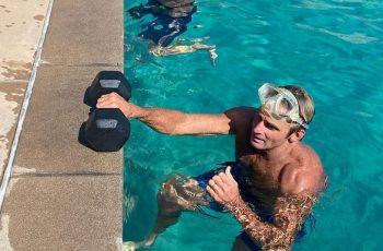 Sulud trening! Sportska legenda pliva krugove u bazenu s utezima